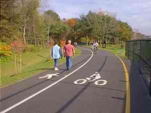 Jalur pejalan kaki dan pesepeda.